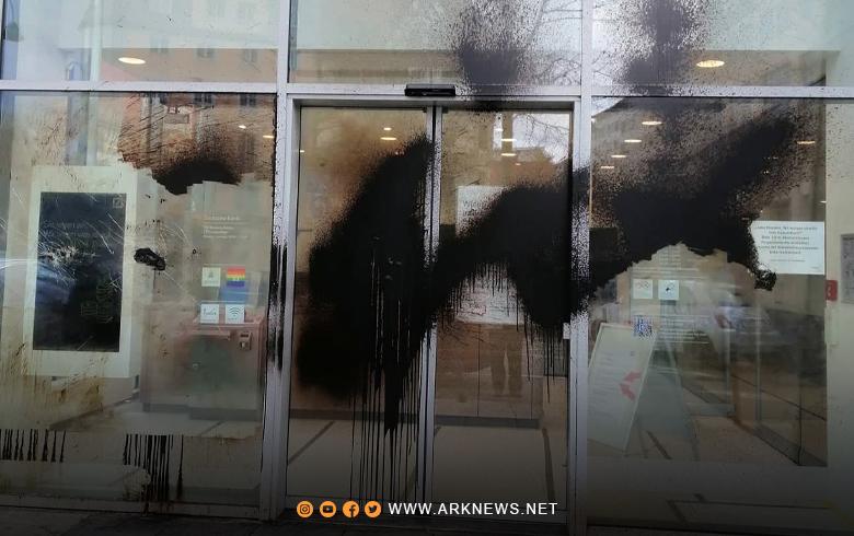 مقنّعون يهاجمون بنكين في ألمانيا ويدونون شعارات الـ PYD على الواجهة