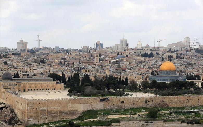 إسرائيل تعتقل محافظ القدس لممارسته نشاطا فلسطينيا