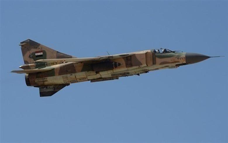 طائرة حربية تابعة للنظام السوري تحلق في سماء مدينة قامشلو