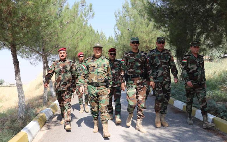 بالصور .. قائد قوات بيشمركة روج يُعايد المقاتلين في الجبهات