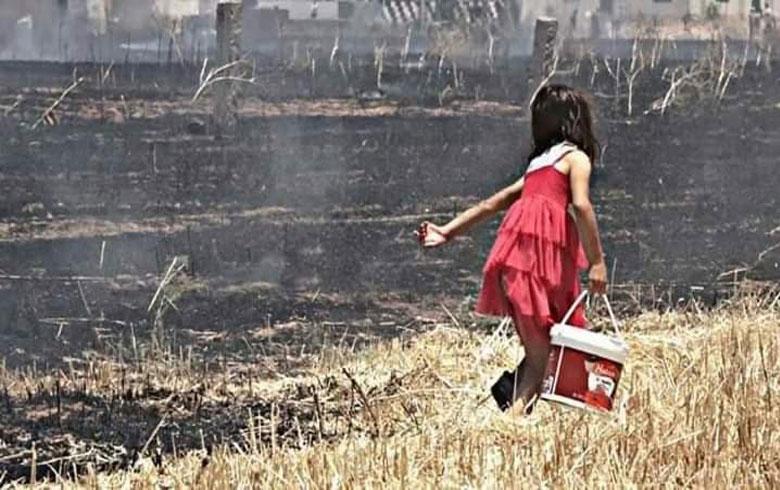 طفلة تهب في إخماد الحرائق بقدراتها البسيطة